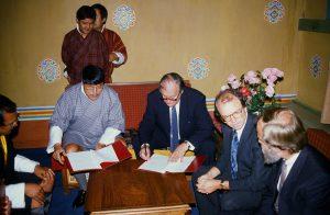 Unterzeichnung des bilateralen Projektes 1989 in Thimphu. Planungsminister   Cenkup Dorji, Botschafter Erich Hochleitner, G. Stachel und Danninger BMAA